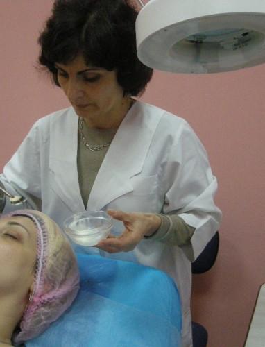 3. Жесткой кистью с синтетическим ворсом нанести тонким слоем на лицо