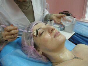 7. В области глаз наносить по границе кости глазницы
